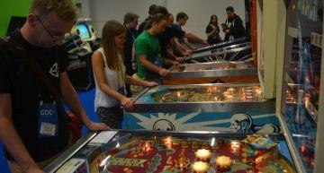Flipper Automaten von Besuchern bevölkert