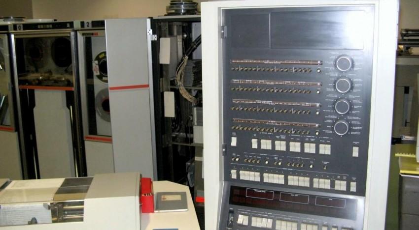 Blick auf die CPU des Univac 9400 sowie Bedienpult und (Teil eines) Magnetspeicher.