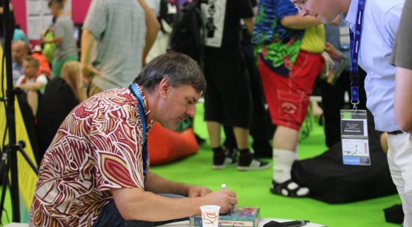 Ron Gilbert signiert Monkey Island.