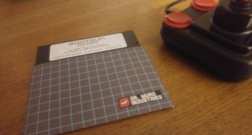 …und die C64 Floppy-Disk (der Joystick gehört nicht zum Lieferumfang)