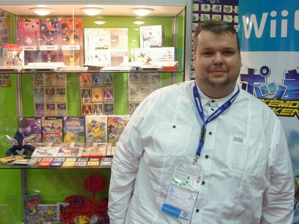Aussteller Torsten Heine neben einer der Pokémon Vitrinen mit zahlreichen Exponaten.