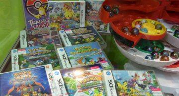 Rechts ein Pokémon Marble Collectorset im Pokéball,