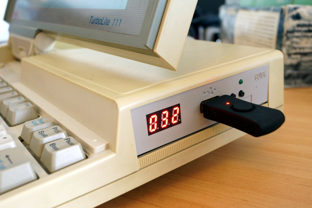 GOTEK Emulator in Diskettenschacht eingebaut mit USB Floppy Stick