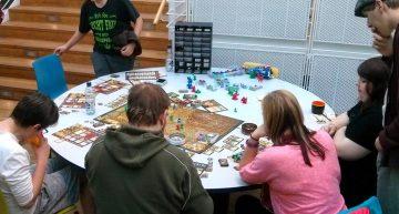 Analoge Brettspiele in der Mensa.