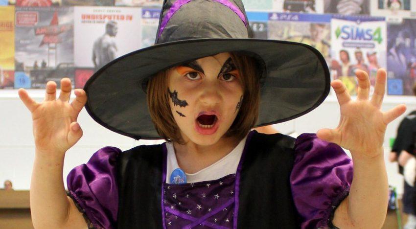 Kleines Mädchen als zauberhafte Hexe
