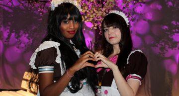 Zwei hübsche Maids